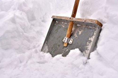 Почистите от снега тропу здоровья!